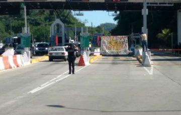 Normalistas de Ayotzinapa toman caseta de la Autopista en Acapulco 15:00 ACAPULCO, Gro., 16 de - Quadratín Tlaxcala